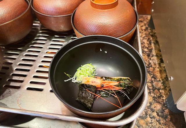 富山県の回転寿司「祭ばやし」のランチメニューの味噌汁のお碗の海老