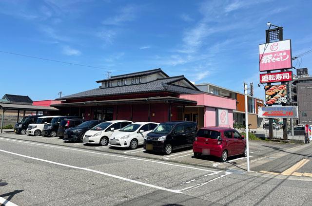富山県の回転寿司「祭ばやし」の店舗横の駐車場