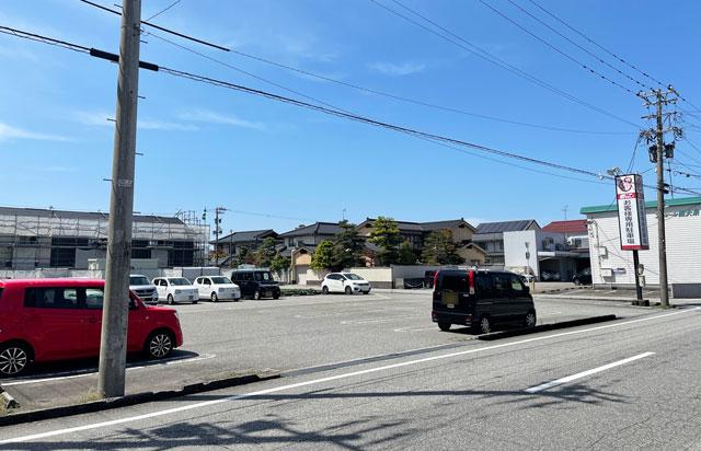 富山県の回転寿司「祭ばやし」の道向かいの駐車場