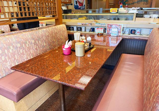 富山県の回転寿司「祭ばやし」のテーブル席