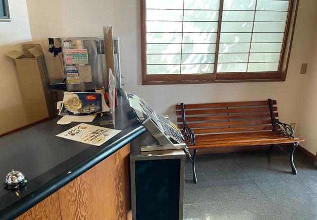 富山県南砺市の道の駅井波の10段ソフトクリームの待ち席