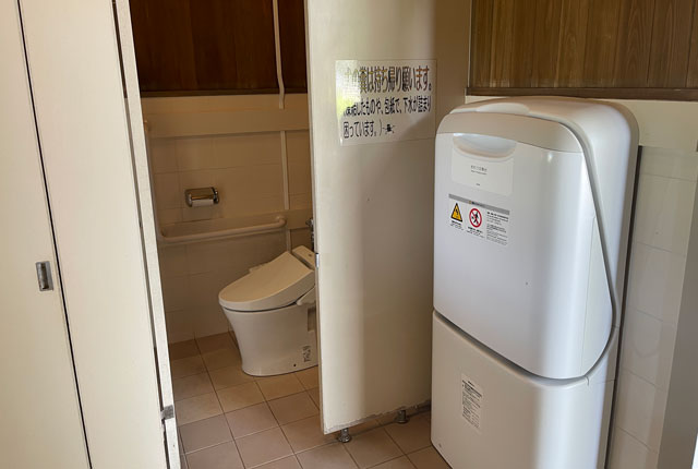 富山県射水市県民公園太閤山ランドの噴水パラダイス近くのトイレのおむつ台