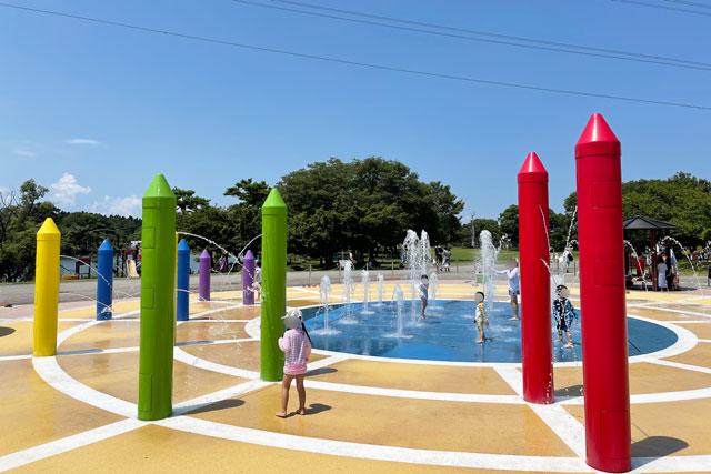 富山県射水市県民公園太閤山ランドの噴水パラダイスで遊ぶ子ども1
