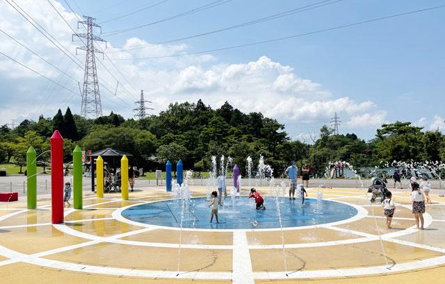 富山県射水市県民公園太閤山ランドの噴水パラダイスで遊ぶ子ども2