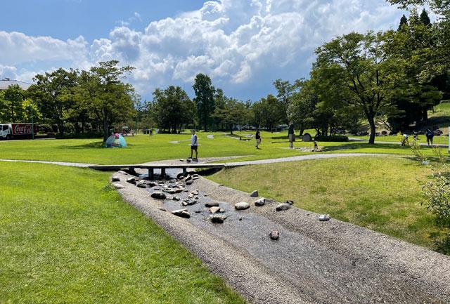 富山県射水市県民公園太閤山ランドの噴水パラダイス近くのせせらぎの道