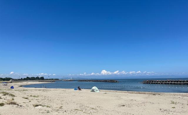 富山県富山市の八重津浜海水浴場の砂浜ビーチ