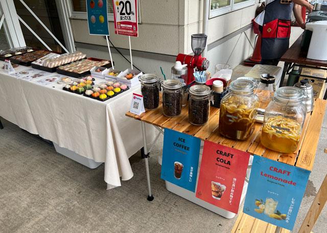 富山県南砺市イオックスサローザのキバナコスモス祭りの売店