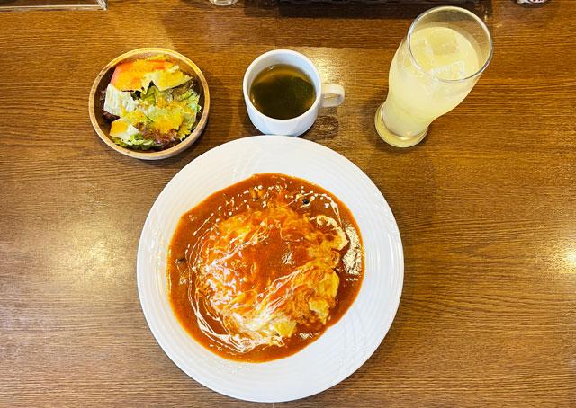 富山県砺波市のイタリアンレストラン「ラ・プリマヴェーラ」のふわとろオムライスセット(俯瞰)