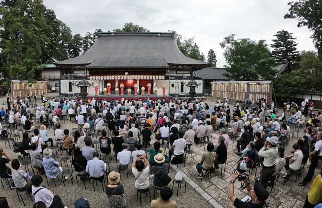 南砺市城端の「城端むぎや祭」善徳寺会場ステージの混雑具合