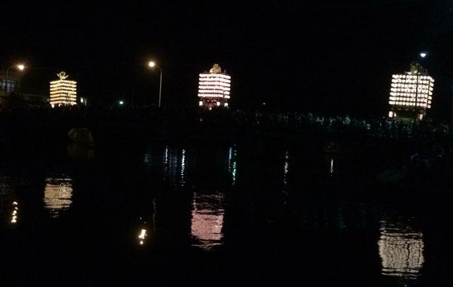 新湊曳山祭りの見どころの一つ、提灯山が湊橋を渡るところ