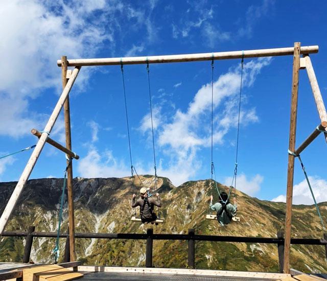 立山黒部アルペンルート天狗平の立山高原ホテル屋外休憩スペースにある「立山ブランコ」の様子