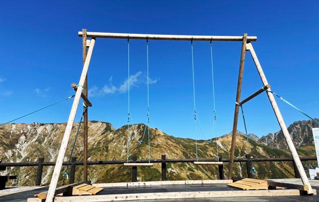 立山黒部アルペンルート天狗平の立山高原ホテル屋外休憩スペースにある「立山ブランコ」の様子2